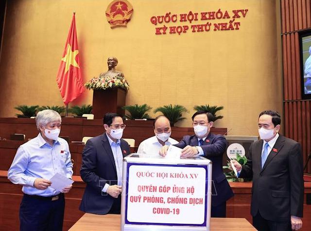 Chủ tịch nước Nguyễn Xuân Phúc, Thủ tướng Phạm Minh Chính, Chủ tịch Quốc hội Vương Đình Huệ và các đại biểu Quốc hội quyên góp ủng hộ Quỹ phòng chống dịch COVID–19.