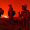 <p> Lính cứu hỏa thuộc Cơ quan Kiểm lâm Mỹ đang theo dõi diễn biến của vụ cháy rừng bên ngoài trung tâm Markleeville, California vào ngày 18/7. Hàng chục đám cháy rừng lớn đang hoành hành khắp miền tây nước Mỹ khi khu vực này trải qua một đợt hạn hán lịch sử. Bầu trời ở California lúc nào cũng rực lửa do cháy rừng.Ảnh: <em>Zuma</em>.</p>