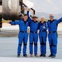 <p> Tỷ phú Jeff Bezos cùng với 3 hành khách đã đồng hành với ông trong chuyến bay đầu tiên vào vũ trụ, gồm Oliver Damen (18 tuổi), bà Wally Funk (82 tuổi) và em trai của ông Bezos, Mark. Đây là thời điểm nhóm hành khách này đã kết thúc chuyến bay. Ảnh: <em>Reuters</em>.</p>
