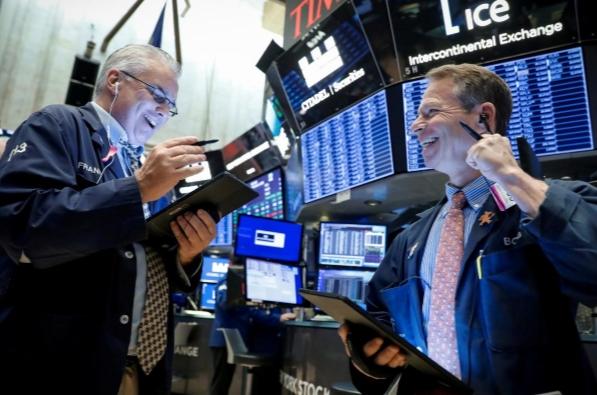 Phố Wall lập đỉnh lịch sử, Dow Jones lần đầu tiên vượt 35.000 điểm