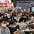 <p> Sáng 24/7, lượng người đến mua sắm thực phẩm tại một trung tâm thương mại ở quận Hai Bà Trưng tăng đáng kể. Tuy vậy, nơi đây không xảy ra tình trạng cháy hàng.</p>