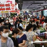 Siêu thị ở Hà Nội đầy ắp hàng ngày đầu tăng cấp độ giãn cách