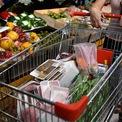 <p> Bà Nguyễn Thị Phương, Phó tổng giám đốc Vận hành Công ty VinCommerce (VCM) cho biết cho biết tại Hà Nội, doanh nghiệp này 41 siêu thị VinMart và hơn 800 cửa hàng VinMart+. Đơn vị này đã làm việc với các nhà cung cấp lớn tăng lượng cung ứng gấp 3 đối với hàng thực phẩm thiết yếu, trứng và rau xanh tăng gấp 5 lần. Các loại sản phẩm có thể dự trữ lâu như bí xanh, khoai tây... cũng nhiều hơn và làm để đảm bảo hàng trên quầy kệ không bị trống.</p>