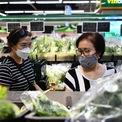 <p> Tại các gian trưng bày rau, lượt khách ra vào thường xuyên với số lượng mua khoảng 4 đến 5 bó rau mỗi người. Đây là thực phẩm khó bảo quản được lâu, người tiêu dùng mua với số lượng vừa phải, không có tình trạng vơ vét.</p>