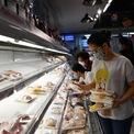 <p> Gian hàng thịt có khá đông khách ghé chọn. Mỗi người mua từ 5 đến 6 gói đóng sẵn khiến kệ rỗng nhanh. Nhưng chỉ ít phút sau, các nhân viên siêu thị kịp thời bổ sung hàng.</p>