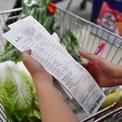 """<p> Đặc biệt, trung tâm thương mại này còn cung cấp dịch vụ """"đi chợ hộ"""". Trong hóa đơn trên, một khách hàng đã đặt mua một số loại rau với tổng tiền 411.000 đồng, trong đó có 28.000 đồng là phí vận chuyển.</p>"""