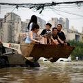 <p> Một trong những cách qua đường của người dân ở Trịnh Châu, tỉnh Hà Nam, Trung Quốc vào ngày 23/7 khi nước lũ chưa rút. Ảnh: <em>Reuters</em>.</p>