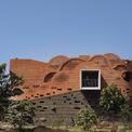 """<p class=""""Normal""""> Vì danh dự và vị thế gia đình, 2 anh em ở thành phốTalegaon Dabhade, Ấn Độ đãxây một ngôi nhà kiên cố trên khu đất khoảng 50.000 m2 tổ tiên để lại. Nhà có thiết kế khác biệt với những công trình khác trong khu vực,giống một pháo đài kiên cố với những bức tường cao, dày.</p>"""