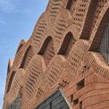 <p> Bức tường làm nên một lớp bảo vệ kiên cố và vững chãi, góp phần thể hiện sự uy nghi của một công trình nhiều thế hệ cùng chung sống.Gia đình cũng mong muốn pha trộn phong cách truyền thống và hiện đại trong ngôi nhà của mình.</p>