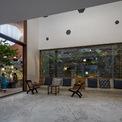 <p> Bức tường dày bên ngoài giúp chống lại điều kiện khí hậu khắc nghiệt ở Ấn Độ, đem đến cho không gian bên trong cảm giác mát mẻ và bình yên. Nhà dành phần lớn diện tích cho các không gian sinh hoạt chung nhằm duy trì những nếp sinh hoạt truyền thống của gia đình.</p>