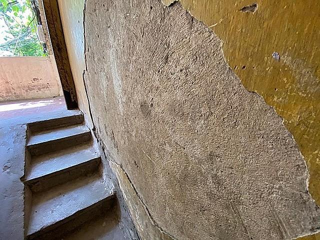Theo ghi nhận của PV, tại khu chung cư cũ Ngọc Khánh có dấu hiệu xuống cấp. Cầu thang, tường bị bong tróc...