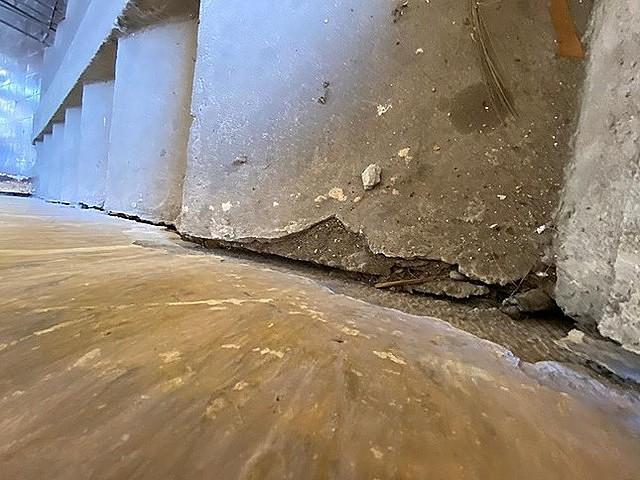 Vết nứt chạy dọc cầu thang chung cư cũ, tiềm ẩn nhiều nguy hiểm.