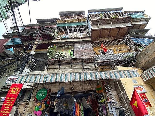 Đây là một trong những chung cư xuống cấp trên địa bàn quận Đống Đa đang được UBND TP Hà Nội đẩy nhanh tiến độ triển khai xây dựng lại. Tuy nhiên, nhiều hộ dân tại đây còn đang băn khoăn về hệ hộ đền bù tại định cư nên chưa muốn di dời.