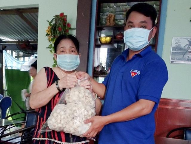 Tình nguyện viên huyện Tư Nghĩa (Quảng Ngãi) giao tỏi tận nhà cho người dân. Ảnh: M.Hoàng.