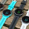 """<p class=""""Normal""""> <strong>Forerunner 55 (5 triệu đồng)</strong></p> <p class=""""Normal""""> Forerunner 55 là đồng hồ GPS chuyên dụng cho chạy bộ rẻ nhất của Garmin. Sản phẩm có kiểu dáng mạnh mẽ và góc cạnh hơn so với Forerunner 245 với kích thước 42 mm, dây đeo 20 mm có ngàm để tháo lắp đầu dây nhanh.</p> <p class=""""Normal""""> Forerunner 55 có đầy đủ tính năng cơ bản của dòng cao cấp như GPS độc lập theo dõi quãng đường chính xác, đếm bước chân thời gian thực, gợi ý lịch tập luyện hàng ngày tùy thể trạng, lịch sử tập luyện. Đồng hồ cũng sẽ gợi ý thời gian phục hồi và so sánh thành tích người dùng để đưa ra kế hoạch và nâng hiệu suất chạy.</p> <p class=""""Normal""""> So với bản cũ, Forerunner 55 có thêm chế độ chạy vòng lặp và chế độ bơi lội dành riêng cho bơi trong hồ bơi. Thời lượng pin nâng lên 20 tiếng nếu sử dụng GPS liên tục và hai tuần nếu chỉ sử dụng như smartwatch thông thường. Các thông số khác gồm chống nước 5 ATM, màn hình 1,04 inch nhìn tốt ngoài trời nắng. Nhược điểm là không có bộ nhớ trong lưu trữ nhạc và không có cảm biến SpO2.</p>"""