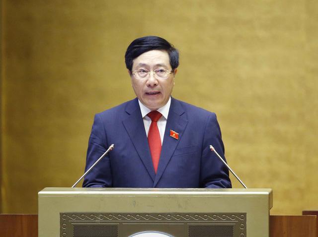 Phó Thủ tướng Chính phủ nhiệm kỳ 2016-2021 Phạm Bình Minh trình bày Báo cáo về đánh giá kết quả thực hiện kế hoạch phát triển kinh tế - xã hội, ngân sách nhà nước 6 tháng đầu năm và các giải pháp thực hiện kế hoạch phát triển kinh tế - xã hội, ngân sách nhà nước 6 tháng cuối năm 2021. Ảnh: TTXVN