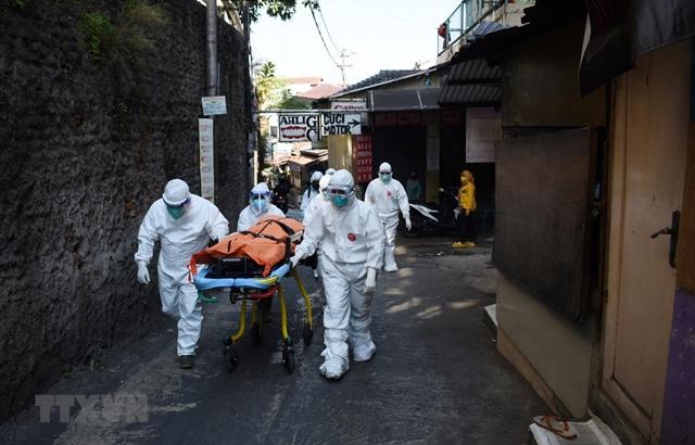 Chuyển cất thi thể bệnh nhân COVID-19 tại Bandung, Indonesia. (Ảnh: AFP/TTXVN)