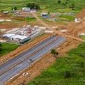 <p> Theo ghi nhận của Zing, hiện nhiều hạng mục hạ tầng nội khu của dự án đã được xây dựng, nhiều máy móc và công nhân vẫn đang thi công trong bối cảnh dịch bệnh.</p>