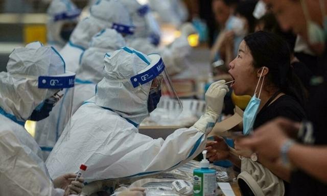 Nhân viên y tế lấy mẫu xét nghiệm Covid-19 cho người dân ở thành phố Nam Kinh, thủ phủ tỉnh Giang Tô, Trung Quốc. Ảnh: AFP.