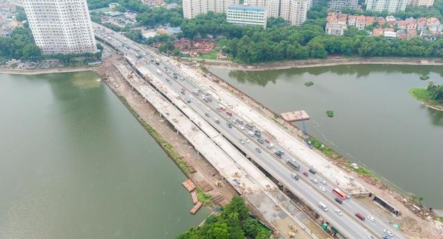 Cầu vượt thấp qua hồ Linh Đàm, quận Hoàng Mai, thành phố Hà Nội.