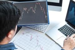 Cổ phiếu chứng khoán đua nhau bứt phá, VN-Index tăng điểm nhẹ