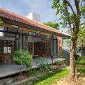 <p> Mong muốn của chủ nhà là tạo ra một không gian hướng nội cho loại hình nhà phố, thu mình vào bên trong, giữ khoảng cách với bên ngoài và gần gũi với thiên nhiên. Gia chủ cũng yêu cầu giữ lại những cây xanh lâu năm trên khu đất.</p>