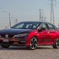 """<p class=""""Normal""""> <strong>Honda Clarity</strong></p> <p class=""""Normal""""> Honda Clarity EV đã bị ngừng sản xuất vào năm 2020, bước đầu chấm dứt mẫu xe chạy điện duy nhất của Honda tại Mỹ. Và giờ đây, các phiên bản plug-in hybrid và pin nhiên liệu hydro còn lại cũng không còn nữa. Honda cho biết Clarity sẽ chỉ có sẵn dưới dạng hợp đồng thuê đến năm 2022 tại bang California.</p> <p class=""""Normal""""> Mặc dù doanh số bán hàng của Clarity gần tương đương với Chevrolet Bolt vào năm 2019, nhưng 1617 chiếc xe bán ra năm 2020 đã không làm hài lòng được nhà sản xuất. Đáng chú ý, thương hiệu Nhật có thể sẽ nhường chỗ cho các mẫu xe mới như một phần trong kế hoạch chỉ bán xe chạy bằng pin và hydro vào năm 2040.</p>"""