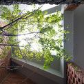 <p> Ngôi nhà gợi nhớ đến những ngôi nhà cổ kính với những mái ngói rêu phong, những bức tường xám xịt theo thời gian.</p>