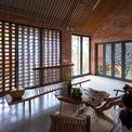 <p> Trung Tran Studio bắt tay vào thiết kế ngôi nhà với sự thấu hiểu mong muốn của anh, hiểu được tầm quan trọng của việc lưu giữ những cây xanh và đá đã có từ lâu đời. Ngôi nhà được thiết kế chỉ có một tầng, với độ cao thấp từ bên ngoài và cao dần về phía sau để tránh những hàng cây hiện hữu.</p>