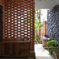 <p> Không gian trong nhà được phân chia đơn giản, phía trước có hang đá làm sân để xe, bước lên bậc tam cấp là sảnh vào và phòng khách, khu bếp ăn ở một phía riêng biệt, khu ăn uống và vui chơi.</p>