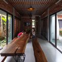 <p> Phòng khách được thiết kế đơn giản với bộ bàn ghế gỗ cũ kỹ. Cả 3 phòng ngủ đều được lùi ra phía sau để đảm bảo sự riêng tư, tránh ồn ào khi nhà đông người.Mỗi phòng ngủ đều có cửa sổ mở ra các khu vườn khác nhau, nơi có những tán cây lớn tỏa bóng xanh.</p>