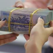 Dự báo rủi ro tăng, ngân hàng vẫn nới lỏng tiêu chuẩn tín dụng