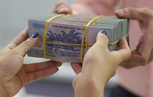 Ngân hàng nới lỏng tiêu chuẩn cho vay dù dự báo rủi ro tín dụng tăng. Ảnh: B.L