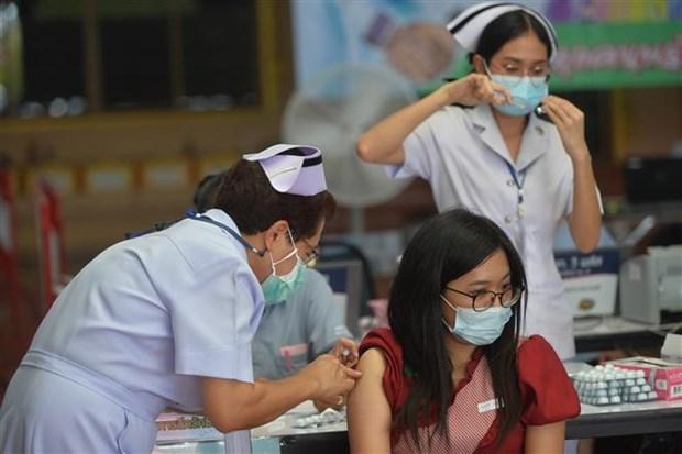 Nhân viên y tế tiêm vaccine Covid-19 cho người dân tại Bangkok (Thái Lan), ngày 15/7. (Ảnh: THX/TTXVN)