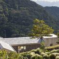 <p> Ẩn mình trên những ngọn núi hẻo lánh ở tỉnh Acosta thuộc đất nước Costa Rica, ngôi nhà như đứng giữa rừng mây, kết nối trực tiếp với thiên nhiên. Nhà sử dụng năng lượng mặt trời để cung cấp điện và dùng nước suối để uống cũng như sinh hoạt. Cuộc sống bên trong ngôi nhà như tách hẳn với thế giới ồn ào, náo nhiệt bên ngoài.</p>