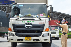 Phó Thủ tướng: Phương tiện vận tải hàng hóa thiết yếu không phải kiểm tra tại chốt kiểm dịch Covid-19