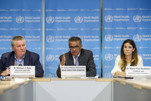 (Từ trái sang phải) Giám đốc về tình trạng khẩn cấp của WHO Michael Ryan, Tổng giám đốc WHO Tedros Adhanom Ghebreyesus, và trưởng nhóm kỹ thuật về Covid-19 của WHO Maria van Kerkhove. Ảnh: AP.