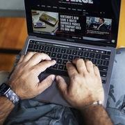 Hàng loạt máy MacBook M1 gặp sự cố nứt màn hình