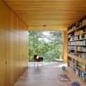 <p> Trái ngược với mặt tiền bằng thép và kính trong suốt, nội thất được ốp hoàn toàn bằng gỗ sồi. Theo kiến trúc sư, việc ốp gỗ nhằm tạo ra một bầu không khí ấm áp và mang lại cảm giác an toàn, đồng thời không làm ảnh hưởng đến sự kết nối trực tiếp với thiên nhiên xung quanh.</p>
