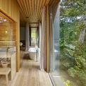 <p> Cây xanh phản chiếu qua những lớp kính, biến không gian trong nhà trở thành một phần của thiên nhiên.</p>