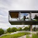 """<p class=""""Normal""""> Khu đất xây nhà nằm trên một sườn dốc ở ngoại ô Vienna nước Áo với khung cảnh bao quanh là những vườn nho cùng núi non bạt ngàn. Kiến trúc sư mong muốn biến những cảnh sắc thiên nhiên tuyệt vời này trở thành một trải nghiệm lý tưởng cho gia chủ.</p>"""