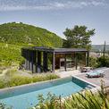 <p> Phía sau nhà là bể bơi cùng không gian thư giãn ngoài trời.</p>