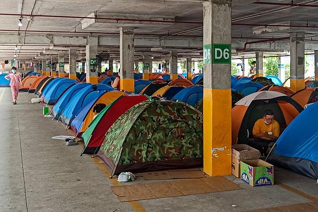 """Công ty Nidec Sankyo tại Khu công nghệ cao (TP.HCM) dựng lều cho công nhân. Phó chủ tịch UBND TP Võ Văn Hoan cho rằng doanh nghiệp không nhất thiết phải gò bó với mô hình """"3 tại chỗ"""". Ảnh: Chí Hùng."""