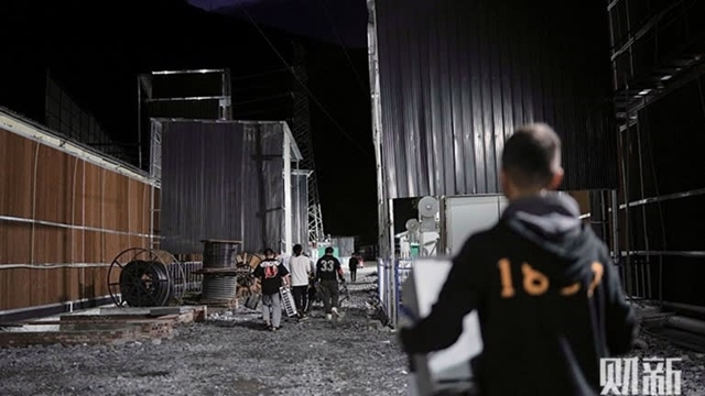 Employees pack up and leave a mining center on June 19 following its closure. (Photo by Ding Gang, Caixin)