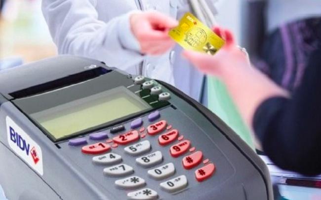 Ngân hàng phải giảm phí giao dịch ATM, POS, chuyển khoản liên ngân hàng từ 1/8