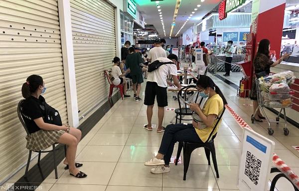 Siêu thị Hà Nội giới hạn khách vào mua hàng