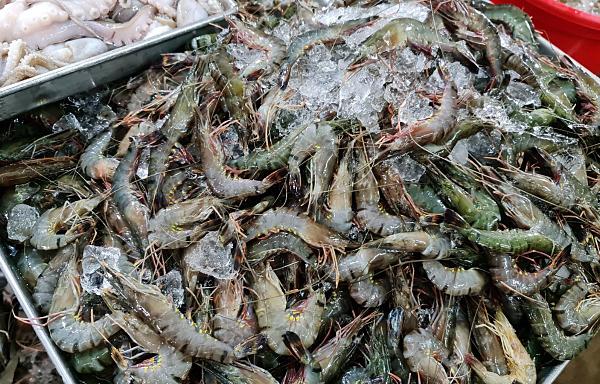 Khó mua tôm, cá ở TP HCM