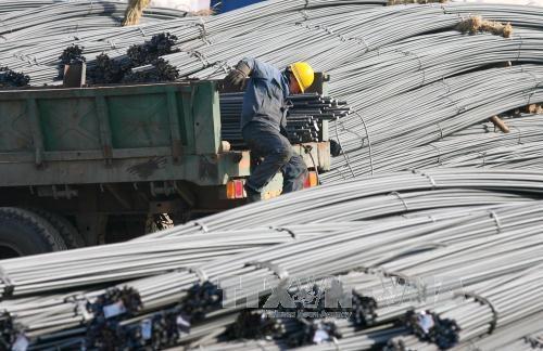Công nhân làm việc tại nhà máy sản xuất thép ở Thẩm Dương, tỉnh Liêu Ninh, đông bắc Trung Quốc. Ảnh: EPA/TTXVN