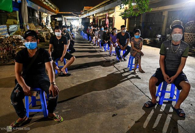 Tiểu thương khu hải sản chợ đầu mối Long Biên chờ lấy mẫu xét nghiệm đêm 1/8.
