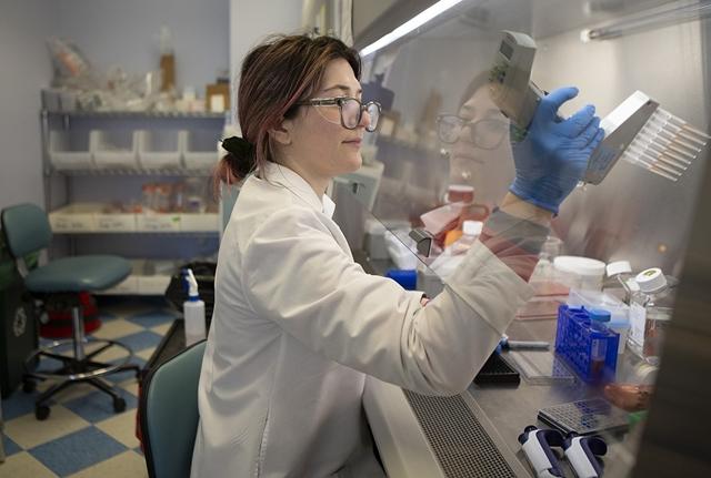 Chuyên viên của Regeneron đang nghiên cứu kháng thể tại phòng thí nghiệm ở Tarrytown, New York. Ảnh: STAT.